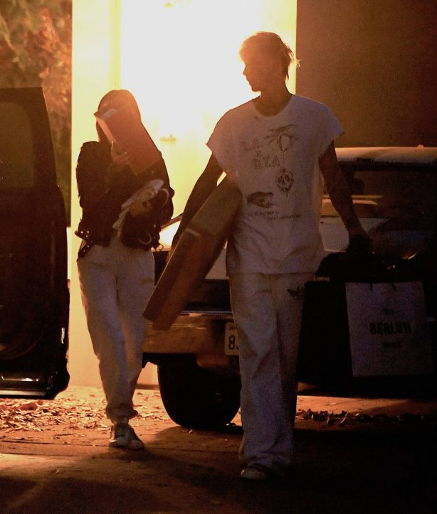 Megan Fox - With Machine Gun Kelly move in to her place together in Los Angeles