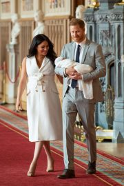 Meghan Markle and Prince Harry - Pose with their newborn son in Windsor