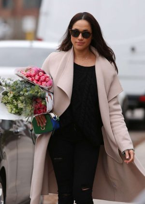 Meghan Markle - Shopping for flowers in Toronto