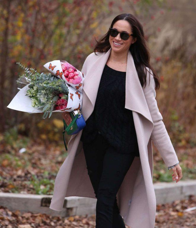 Meghan Markle: Shopping for flowers -06