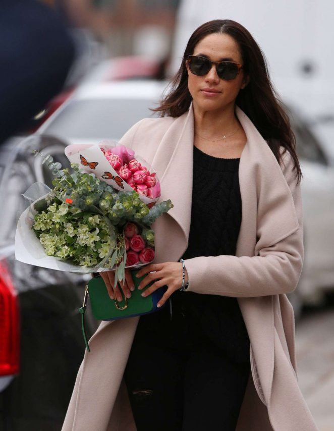 Meghan Markle: Shopping for flowers -07