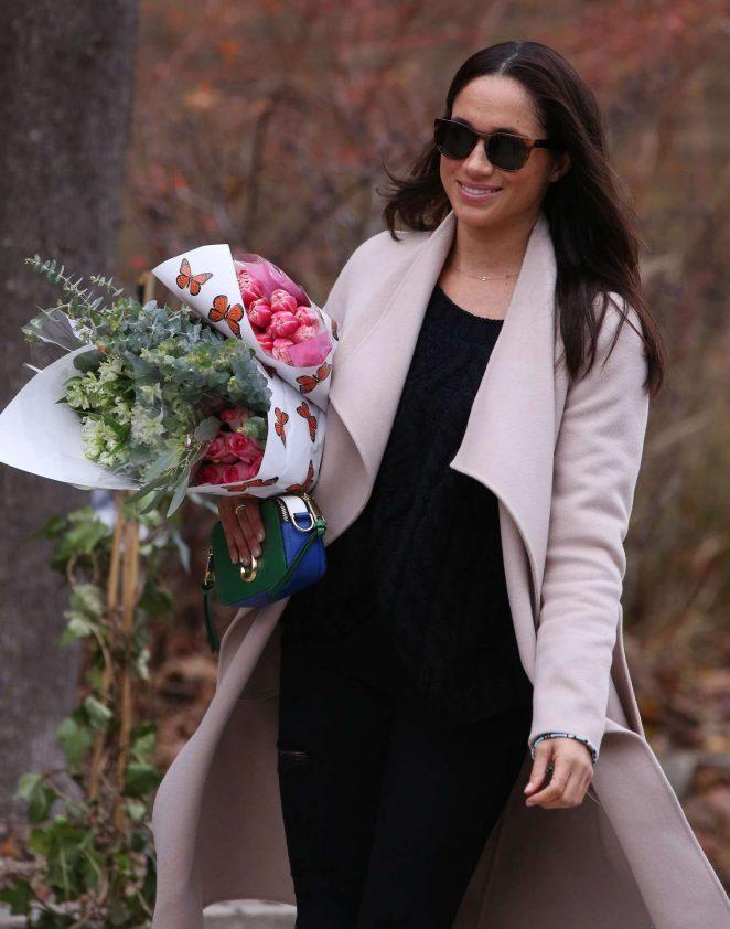 Meghan Markle: Shopping for flowers -08