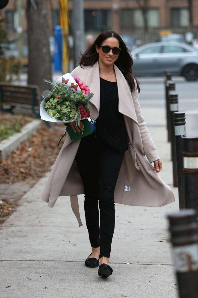 Meghan Markle: Shopping for flowers -11