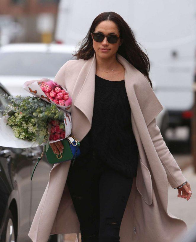 Meghan Markle: Shopping for flowers -16