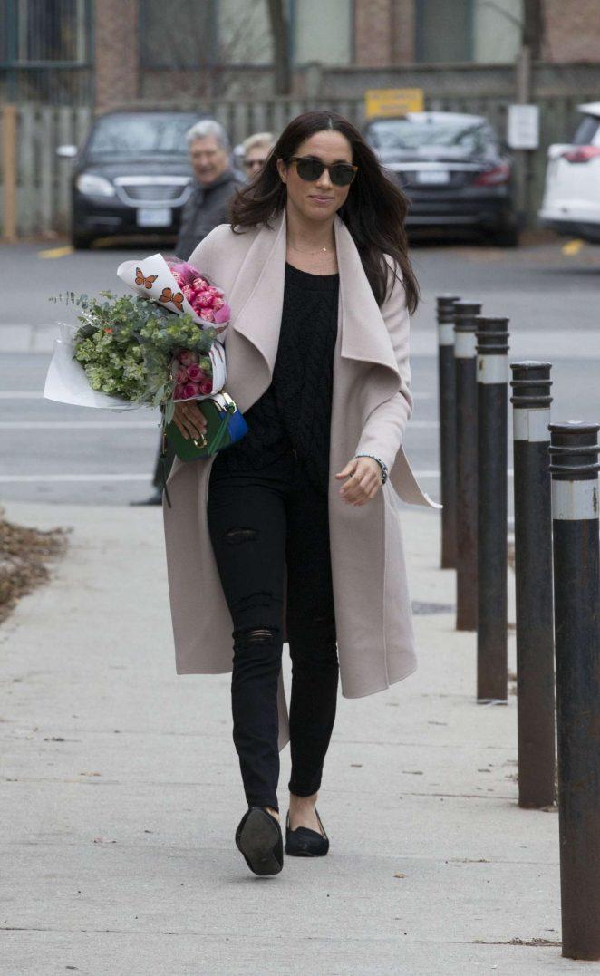 Meghan Markle: Shopping for flowers -18