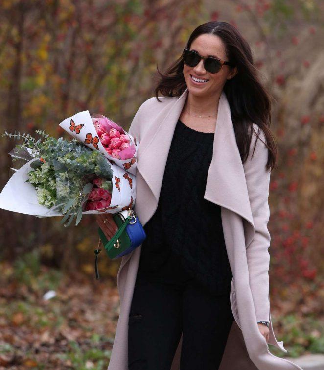 Meghan Markle: Shopping for flowers -19