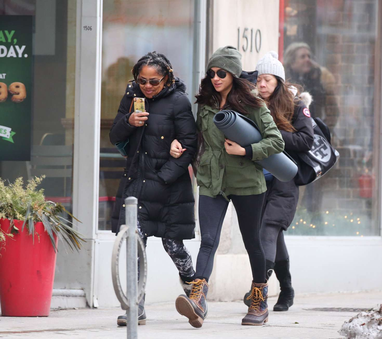Meghan Markle With Her Mom Going To Yoga -09