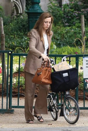Melissa George - Bike riding in Paris