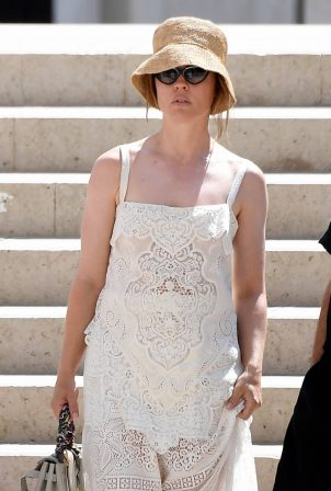 Melissa George - Strolling in Venice