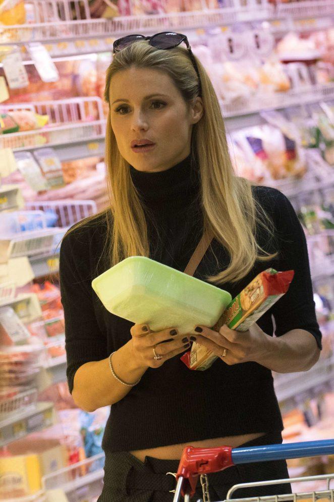 Michelle Hunziker - Shopping at supermarket in Milan