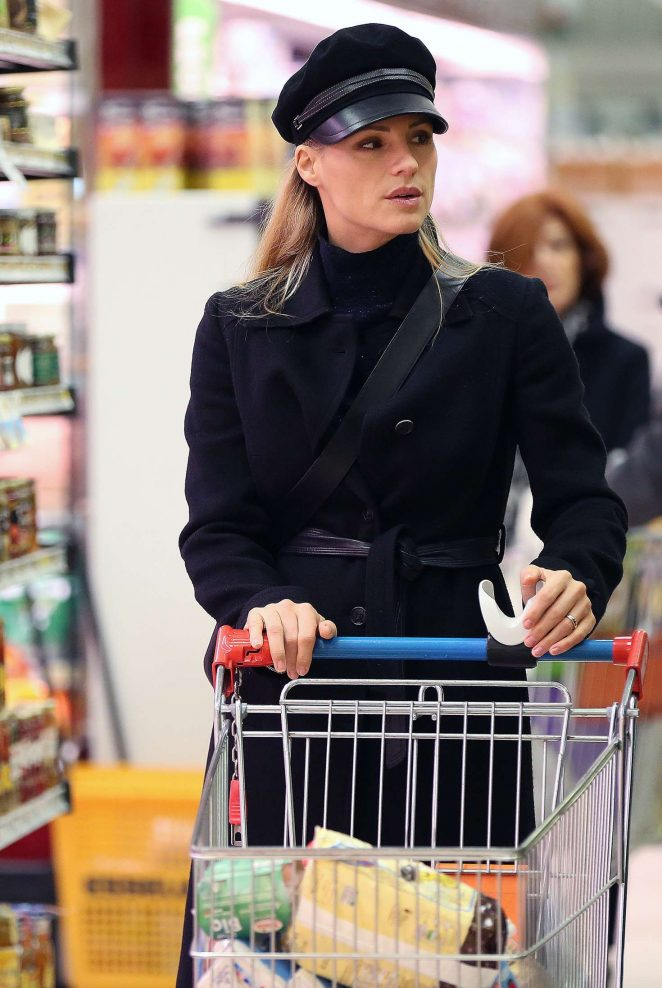 Michelle Hunziker - Shopping at the supermarket in Milan