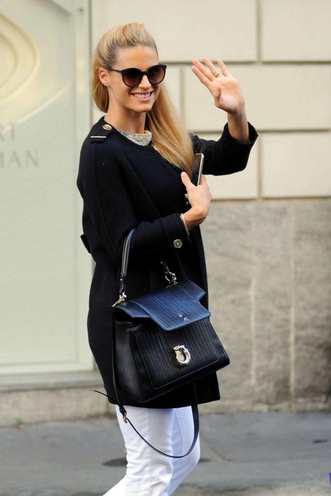 Michelle Hunziker Shopping in Milan