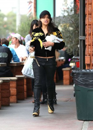 Michelle Rodriguez in Jeans -11