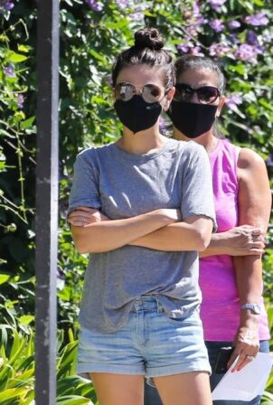 Mila Kunis - Arrives at her kid's swimming class in Beverly Hills