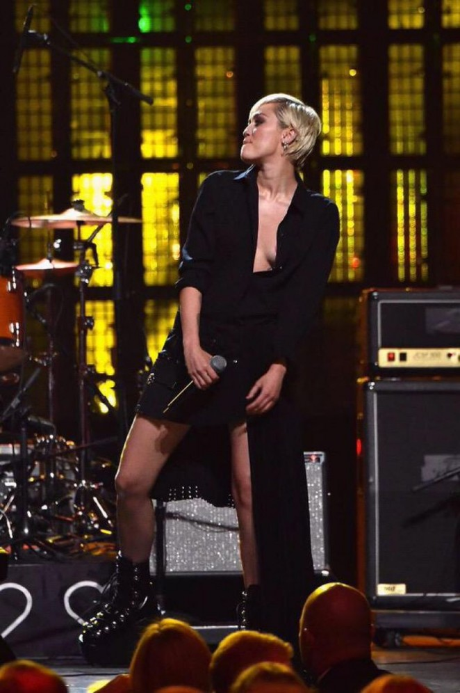 Miley Cyrus – 2015 Rock And Roll Hall Of Fame Induction Ceremony