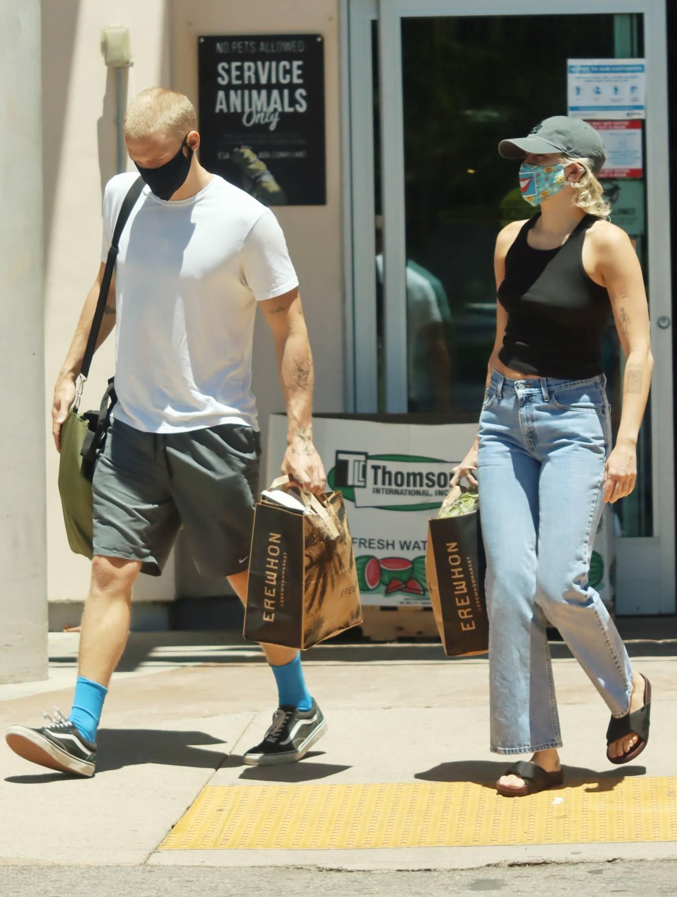 Miley Cyrus 2020 : Miley Cyrus and boyfriend Cody Simpson – Shopping in Calabasas-05