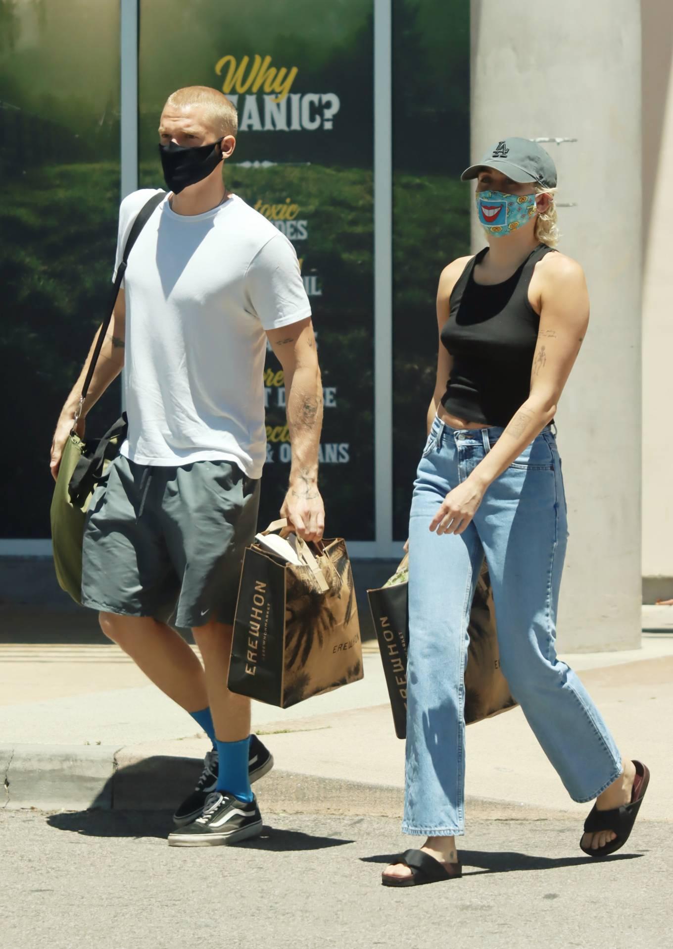 Miley Cyrus 2020 : Miley Cyrus and boyfriend Cody Simpson – Shopping in Calabasas-06