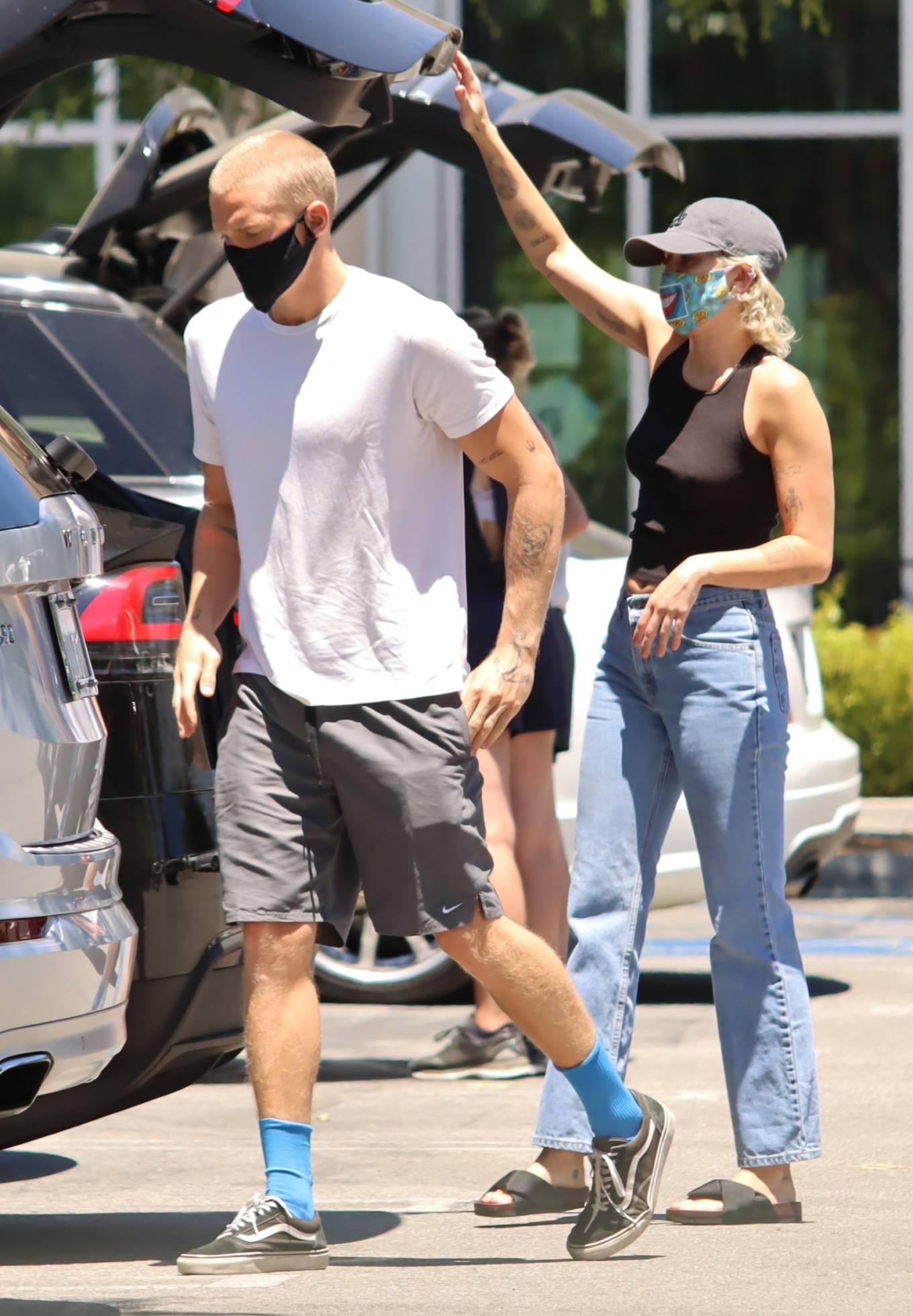 Miley Cyrus 2020 : Miley Cyrus and boyfriend Cody Simpson – Shopping in Calabasas-11