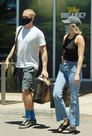 Miley Cyrus and boyfriend Cody Simpson - Shopping in Calabasas