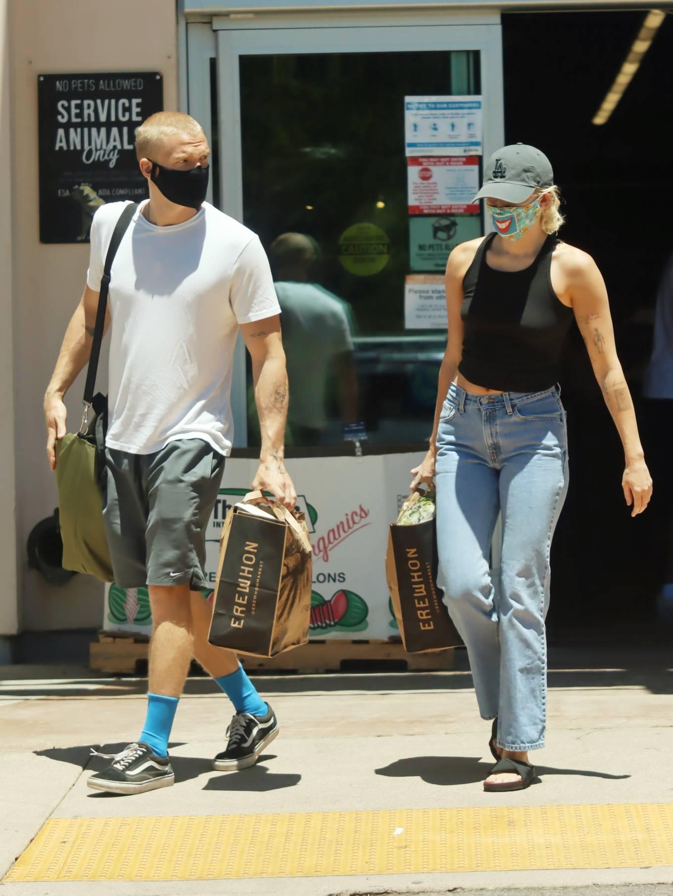 Miley Cyrus 2020 : Miley Cyrus and boyfriend Cody Simpson – Shopping in Calabasas-13