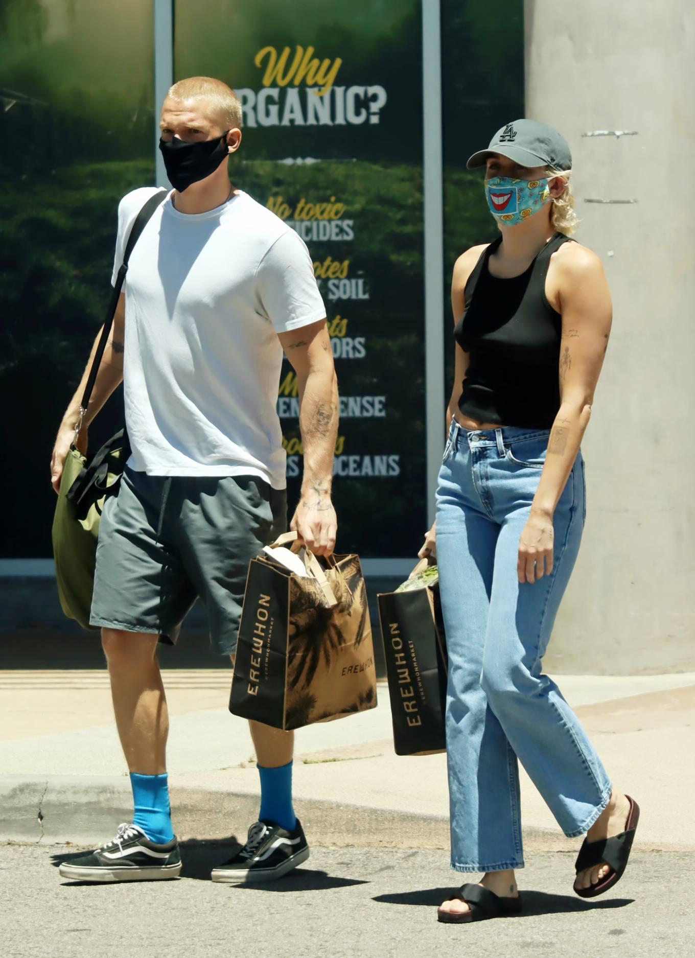 Miley Cyrus 2020 : Miley Cyrus and boyfriend Cody Simpson – Shopping in Calabasas-14