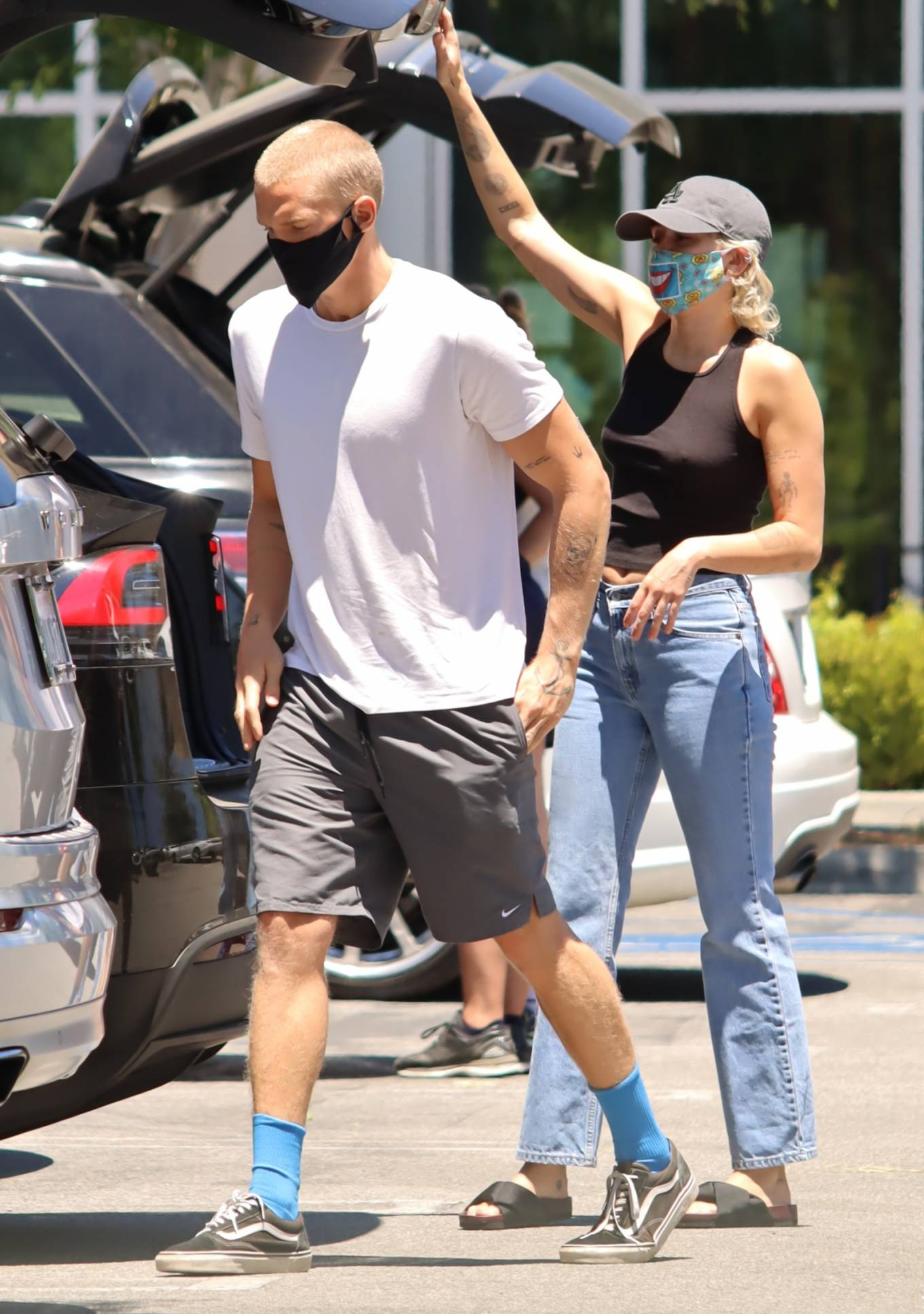 Miley Cyrus 2020 : Miley Cyrus and boyfriend Cody Simpson – Shopping in Calabasas-16