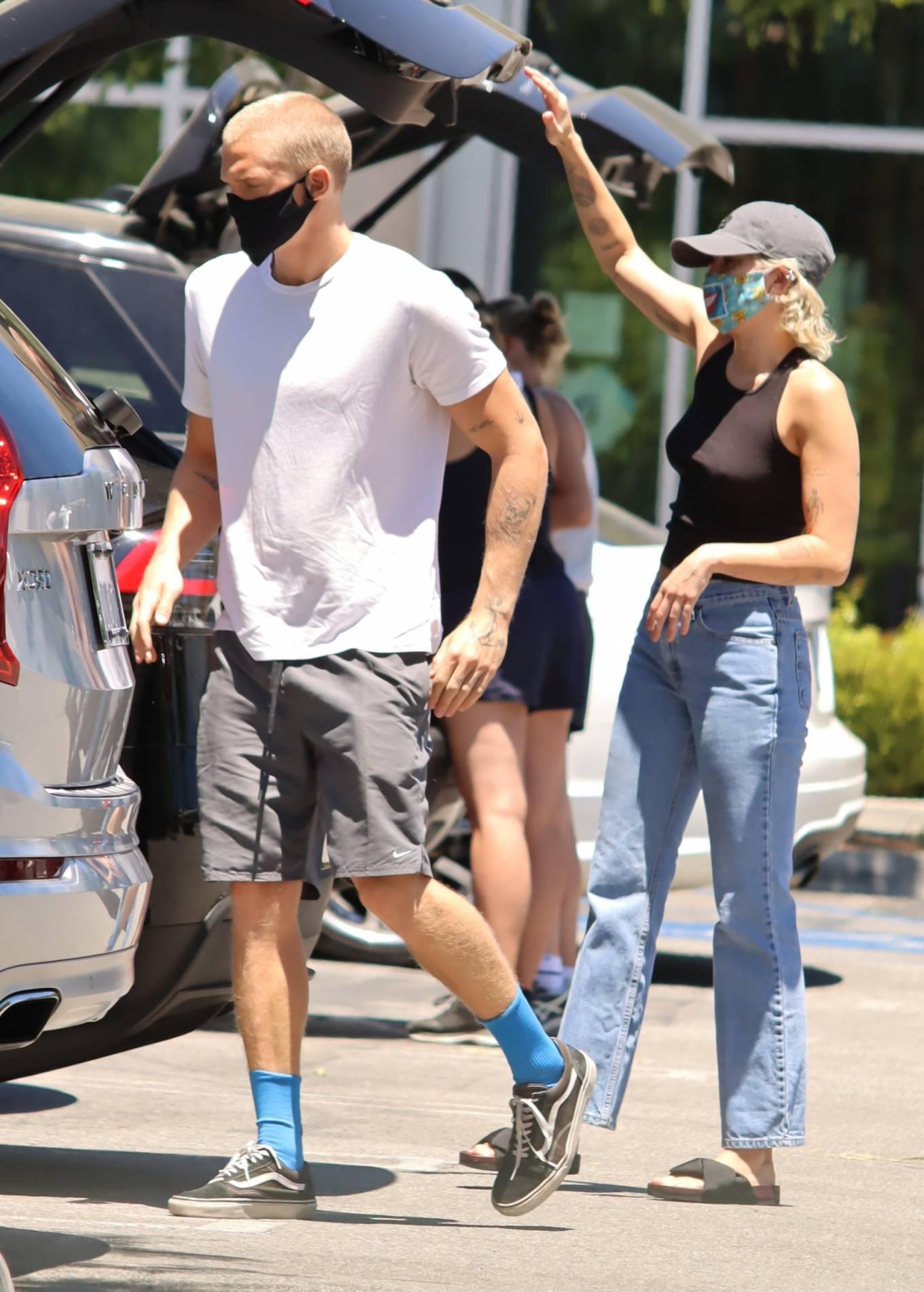 Miley Cyrus 2020 : Miley Cyrus and boyfriend Cody Simpson – Shopping in Calabasas-17