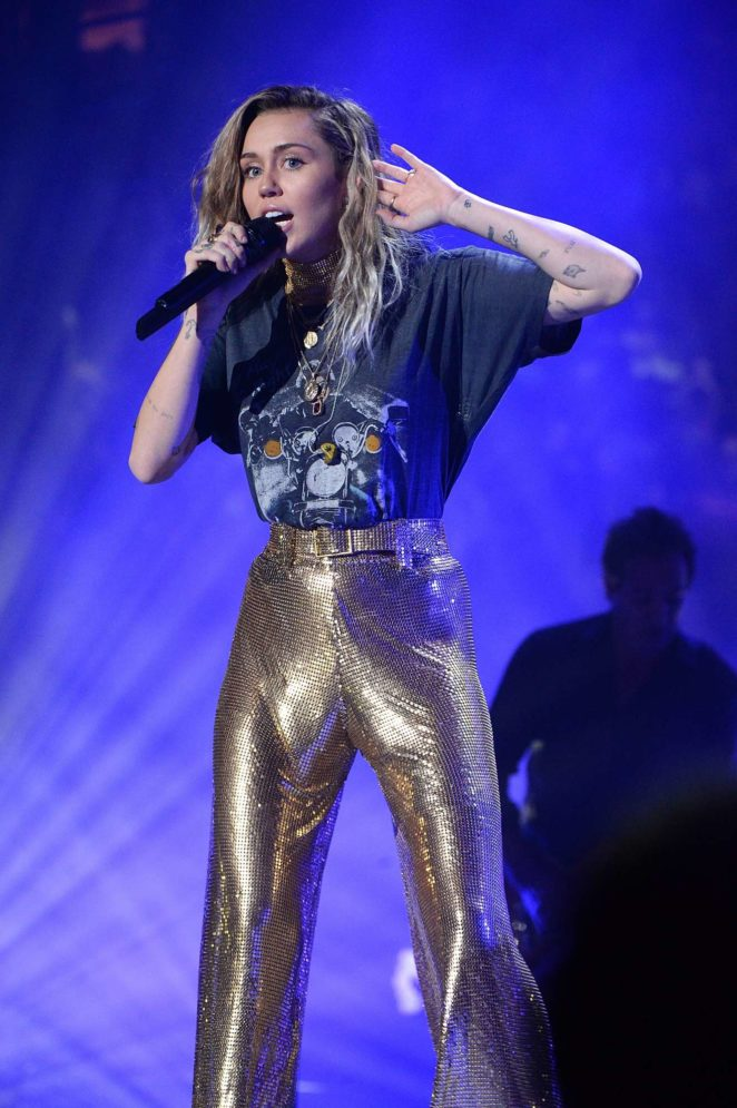 Miley Cyrus - Billy Joel Performs at Madison Square Garden in New York