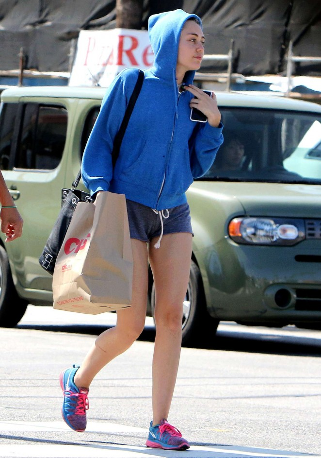 miley cyrus booty in shorts