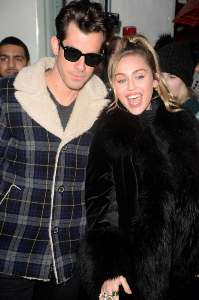 Miley Cyrus – Leaving the Capital Radio in London