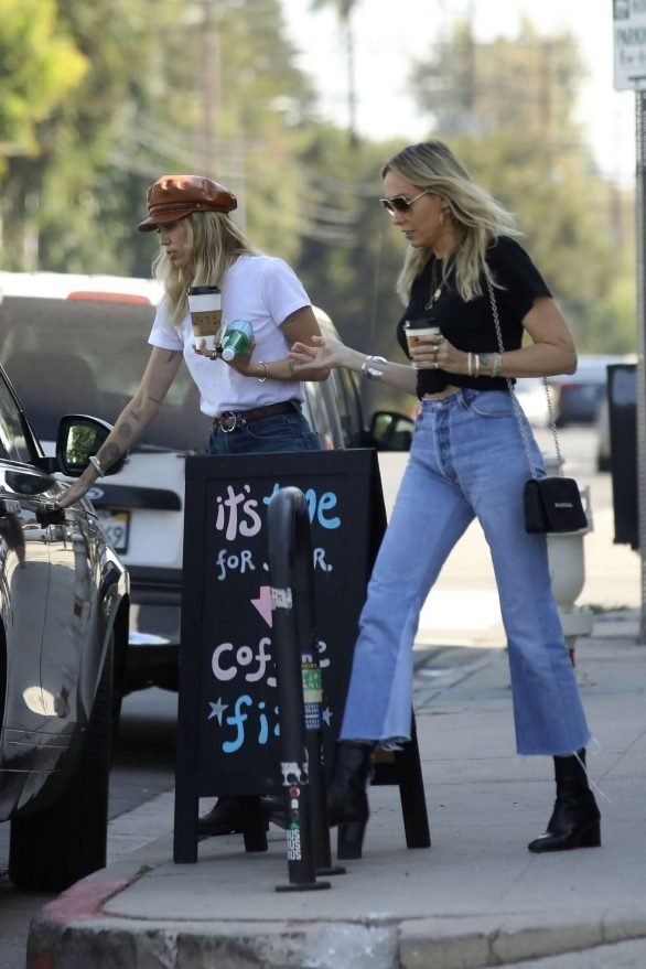 Miley Cyrus - Shopping candids with her mom Tish in Studio City