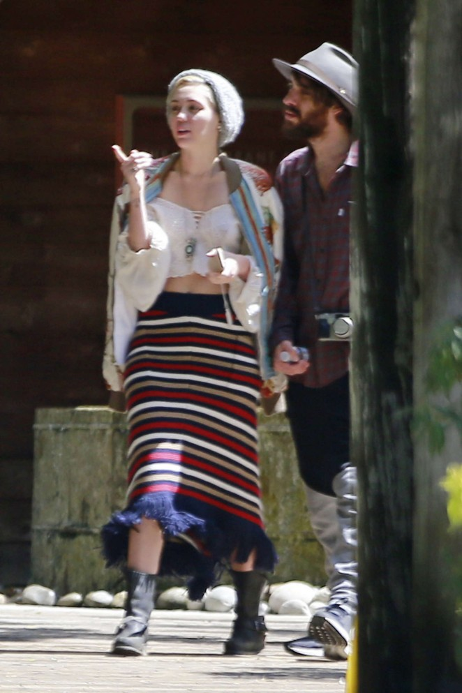 Miley Cyrus - Shopping in Big Sur in California