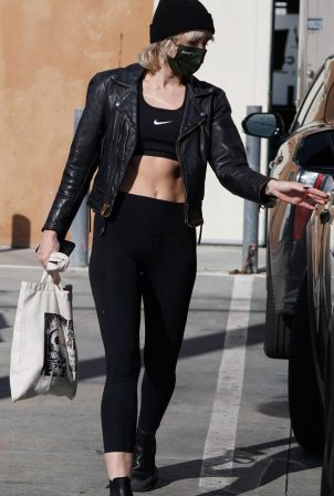 Miley Cyrus - Show her abs after a workout session in West Hollywood
