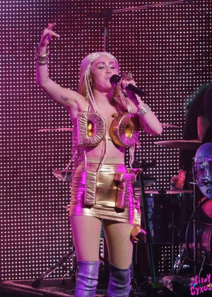 Miley Cyrus: Tour Concert in Vancouver-01