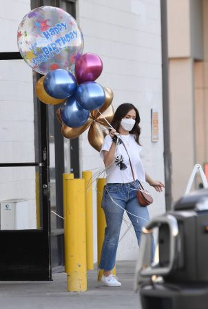 Minka Kelly - Buys balloons in New York