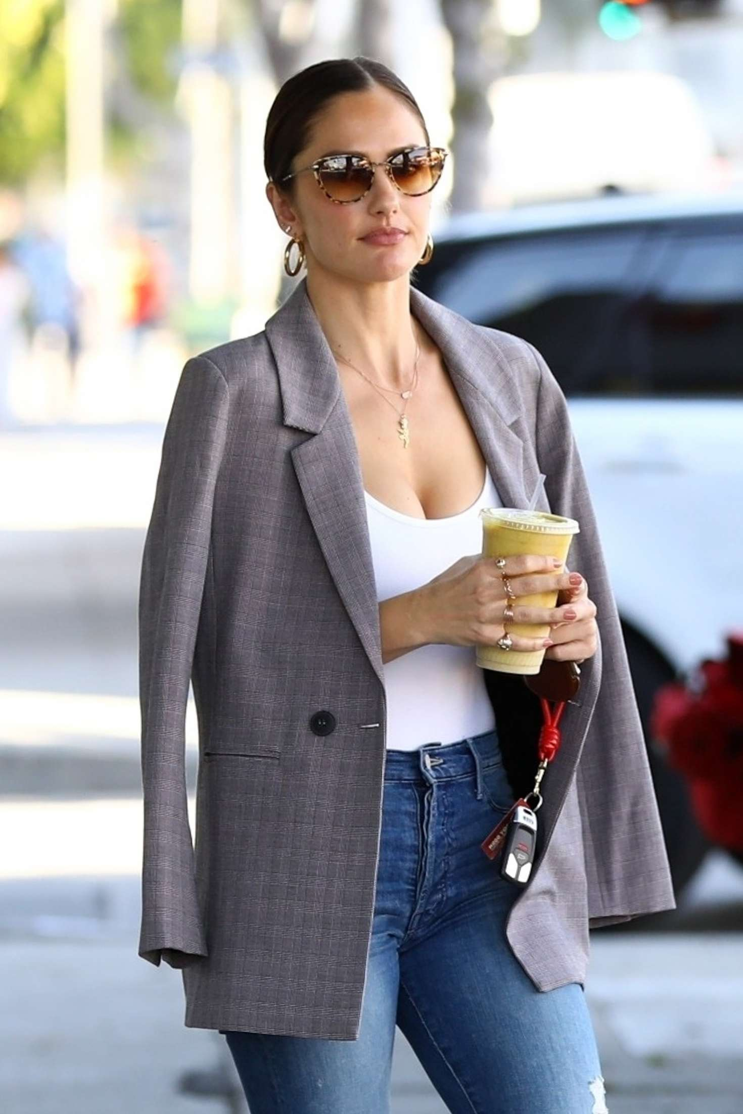 Minka Kelly – Grabs a healthy smoothie in LA