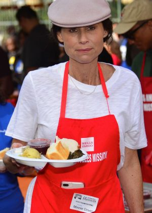 Minnie Driver - Los Angeles Mission Hosts Thanksgiving Event For The Homeless