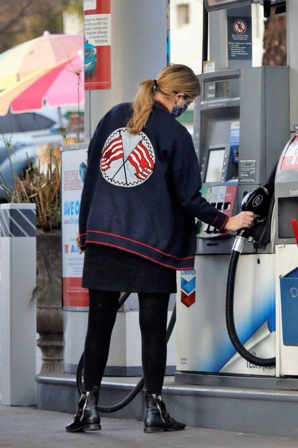 Mischa Barton - Fills the tank on her Range Rover in Los Feliz