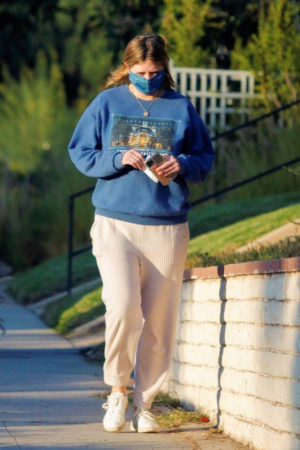 Mischa Barton - Walk around her Los Angeles neighborhood