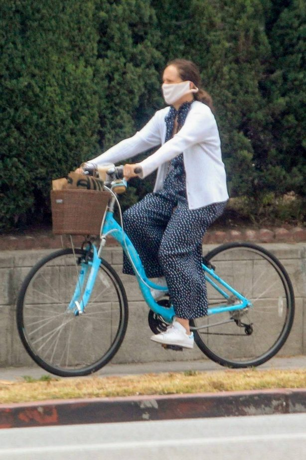 Molly Shannon - Goes for a ride on her bike in West Hollywood