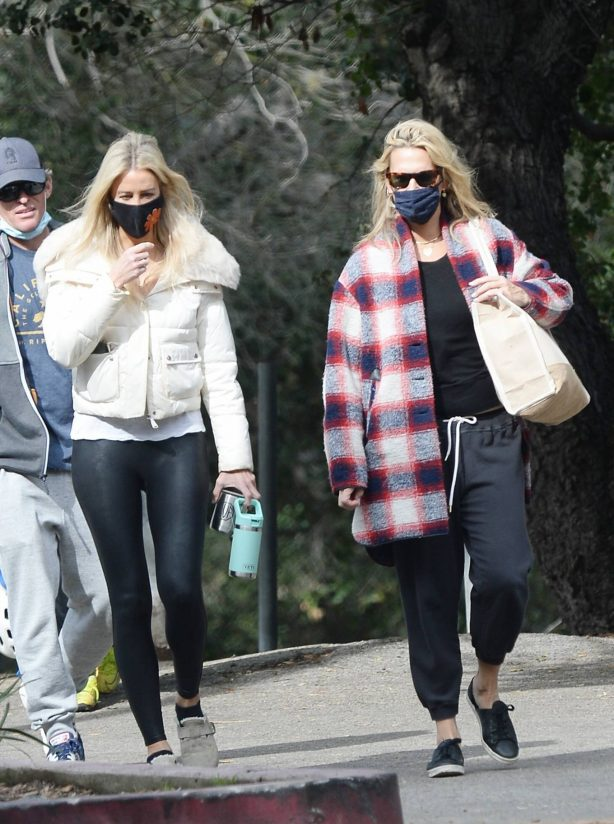 Molly Sims - out to a park with friends in Los Angeles