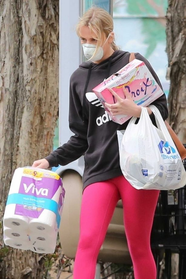 Molly Sims - Shopping candids