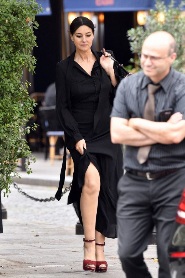 Monica Bellucci - Looks stylish all in black in Paris
