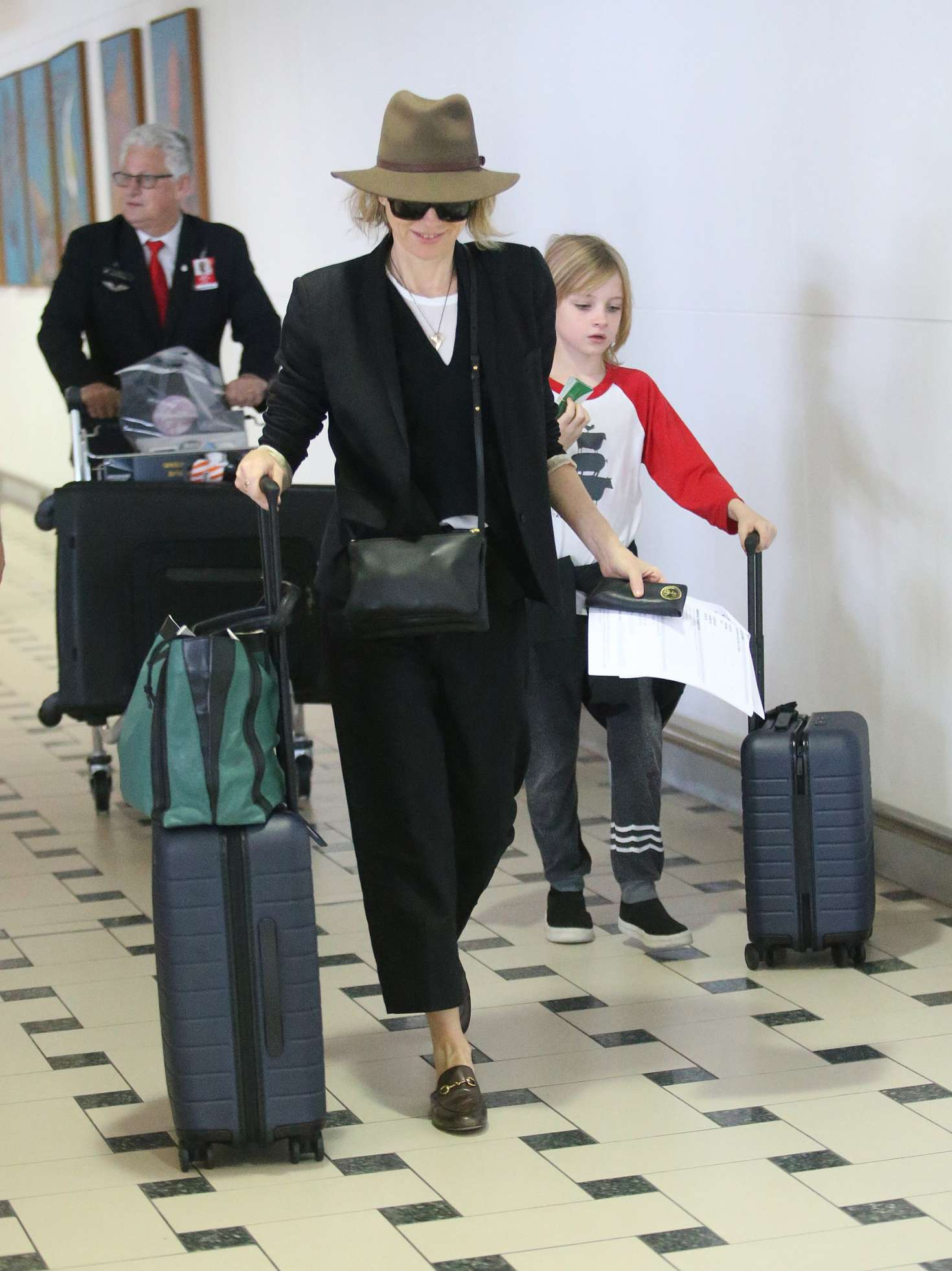 Naomi Watts - Arrives with her children for Christmas in Brisbane