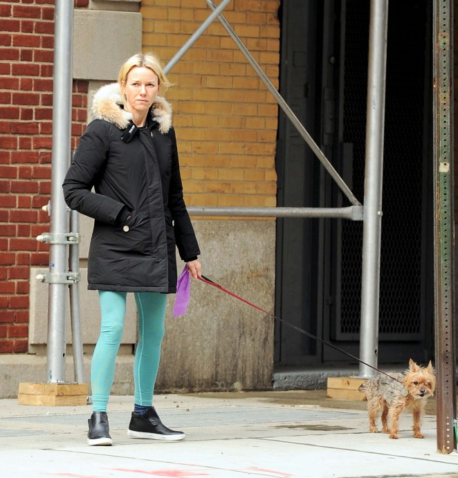 Naomi Watts: Walking her dog -01