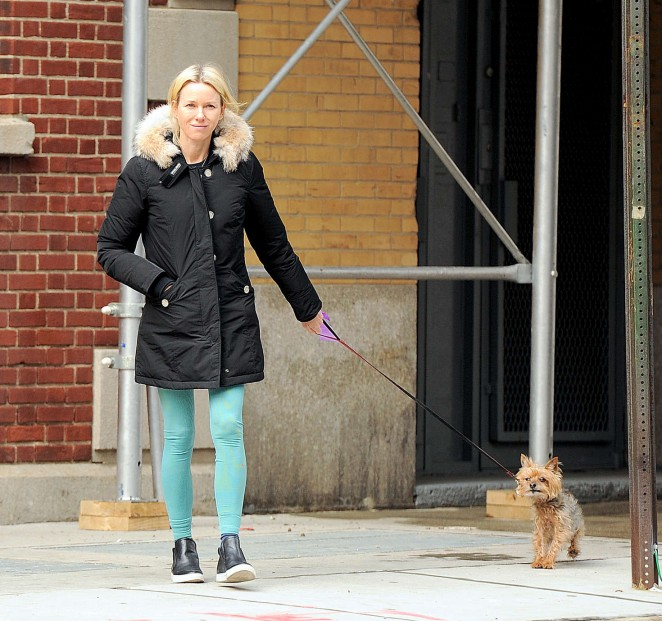 Naomi Watts: Walking her dog -02