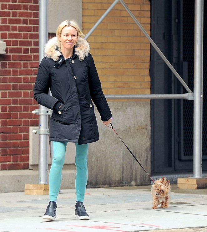 Naomi Watts: Walking her dog -03