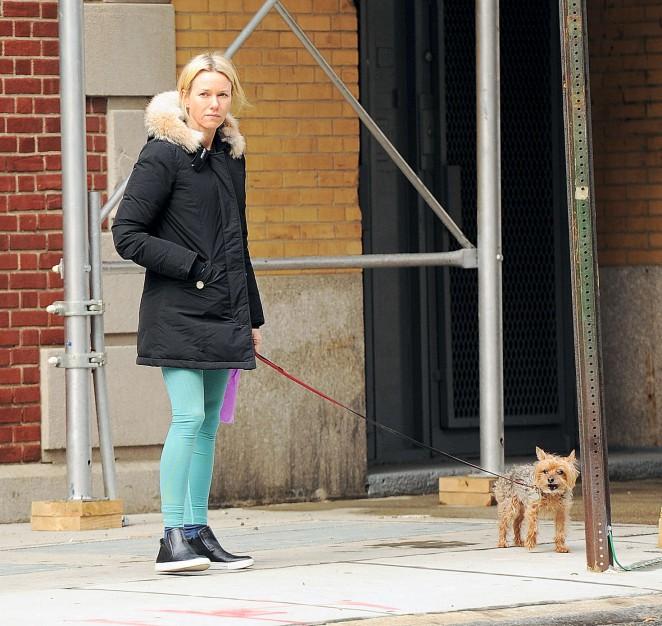 Naomi Watts: Walking her dog -08