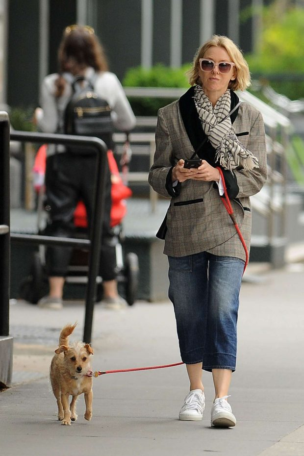 Naomi Watts with her dog -08