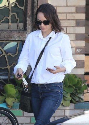 Natalie Portman - Grabs breakfast in Los Feliz